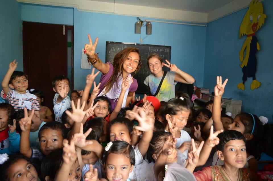 2-frivillige-og-boern-i-nepal