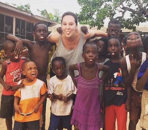 Frivillig-med-børn-i-Ghana
