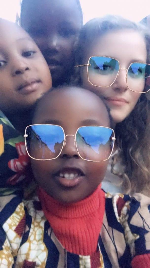 Frivillig med børn i Tanzania