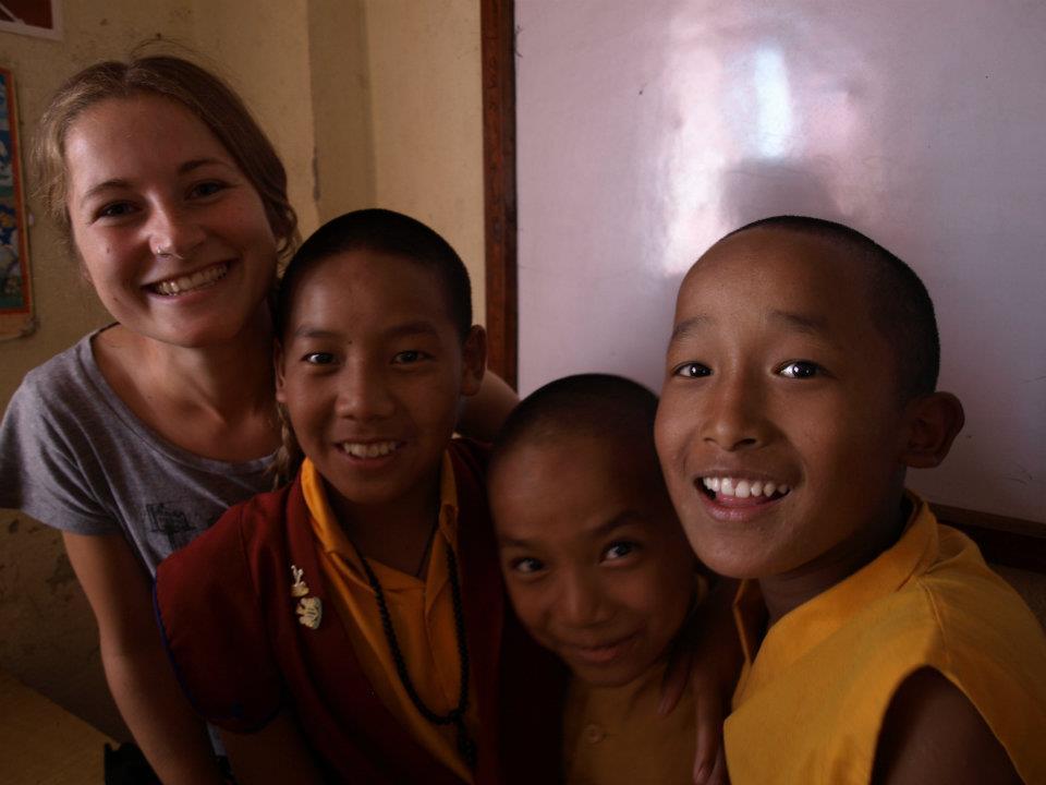frivillig-med-munke-i-nepal